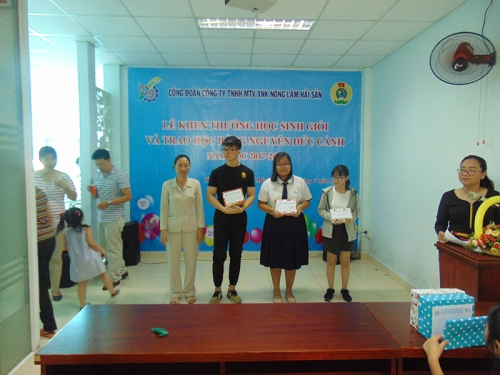 Awarding Ceremony of excellent students and awarding of the scholarship to Nguyen Duc Canh in 2018